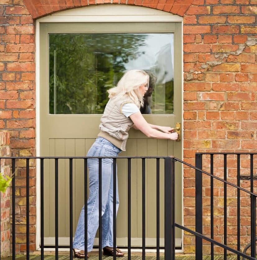Frau vor verschlossener Tür